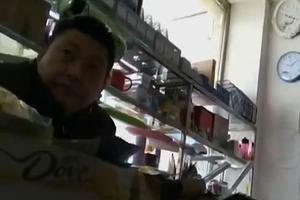 小学附近文具店出售电子烟 小学生聚堆吞云吐雾