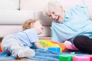 老人退休帮带娃也算退而不休 你会给父母报酬吗?