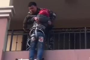 家长为捡被子将10岁娃系绳从4楼降到3楼 结果被困