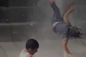 女童被喷泉水流顶起1米高翻转360度摔下 自行淡定爬起