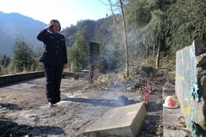 女警向汶川地震牺牲警察父亲敬礼:长大后我成了你