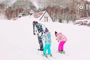 陆毅变人工雪橇犬拉女儿们滑雪 鲍蕾边拍视频边笑