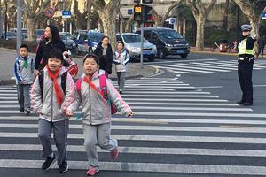 开学日上海数千警力护校保障交通 严查黑校车