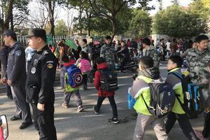 城管每天护送小学生过马路 一坚持就是四年