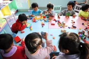 """新京报刊文:禁止收养""""二孩""""的成规不妨改改"""