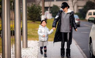 黄奕带女儿出门玩耍温馨有爱