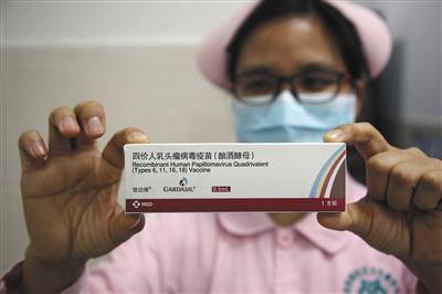 1月8日,广州,医护人员在展示四价宫颈癌疫苗。今朝,北京、重庆、郑州、昆明、广州等已开放四价疫苗打针。图/视觉中国