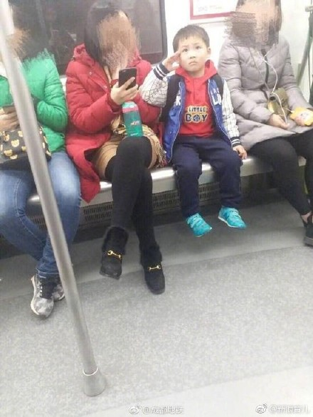 小朋友地铁敬礼