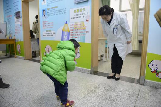 小患者鞠躬谢医生