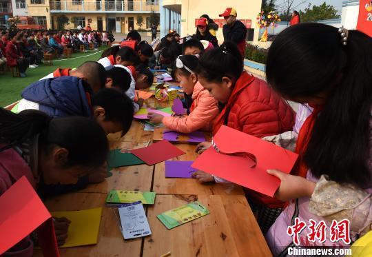 图为留守儿童绘制心愿卡。 周毅 摄