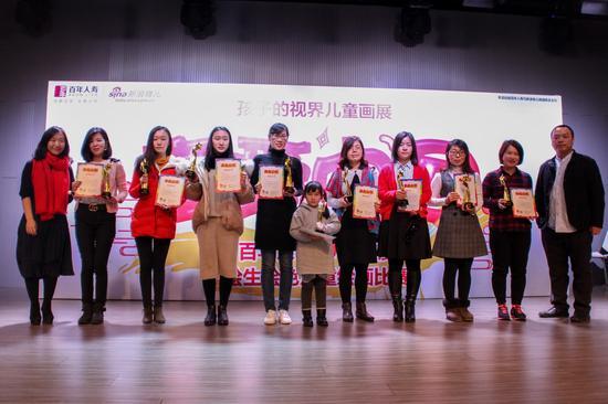 新浪新闻副总编、策展人王薇(左一)及著名画家赵晓东(右一)颁发二等奖