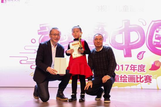 新浪网商业中心总经理王屹(左一)及百年人寿保险股份有限公司品牌部总经理成冰冰(右一)颁发一等奖