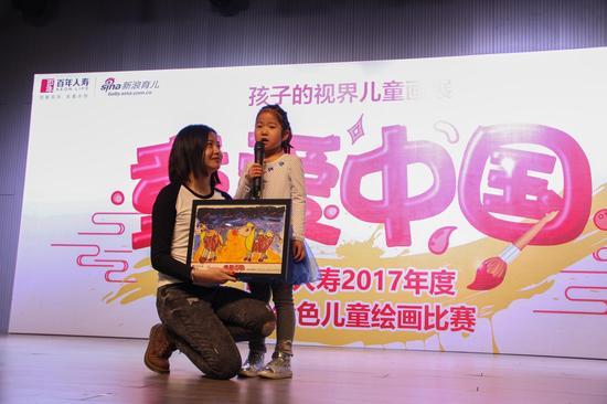 高卓雅小朋友分享了获奖作品《骆驼妈妈和宝宝》背后的故事