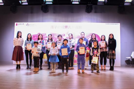 新浪时尚中心高级总监赵雪(左一)和知名学前教育专家高寿岩(右一)为获奖代表颁发三等奖