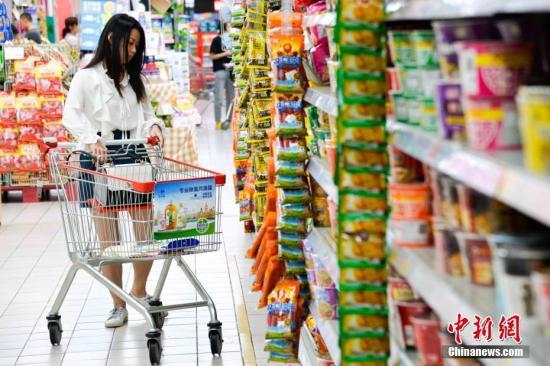 资料图:民众在超市内购物。洪坚鹏 摄