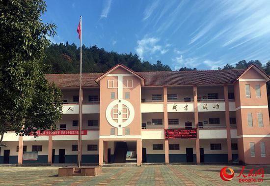 江西省鹰潭市贵溪樟坪民族学校崭新的三层教学楼