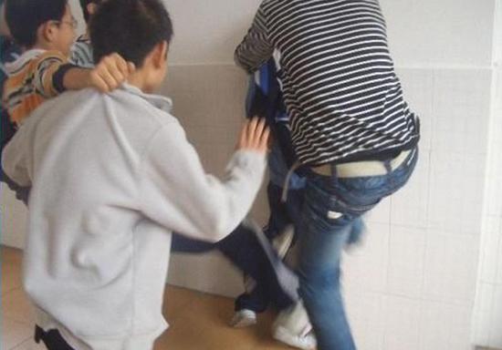 贵州黎平男学生宿舍内遭人群殴 校长副