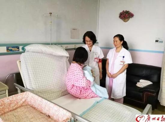 医生来看望妈妈与新生宝宝