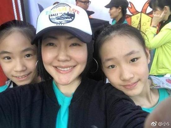 小S与女儿许俏妞(右一)、Lily合照。