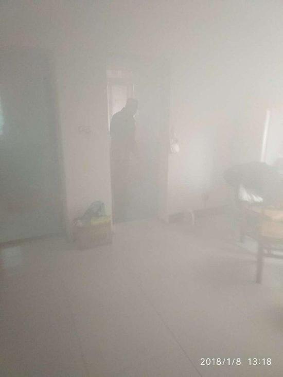 父母反锁6岁女儿忘关煤气 炖鸡烧干浓烟