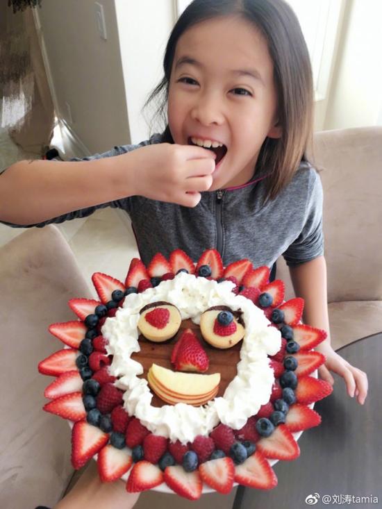 刘涛女儿品尝美味