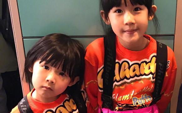 陆毅两个女儿穿姐妹装 愈发相像