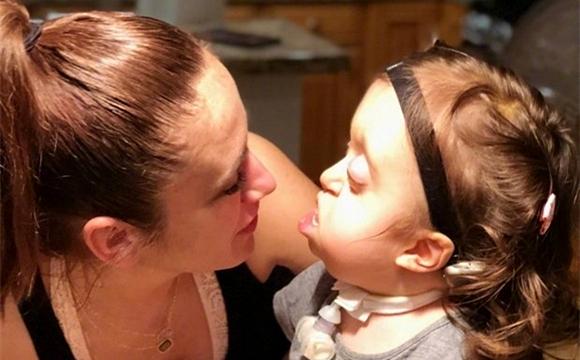 长相异常受指点 女童仍笑对人生