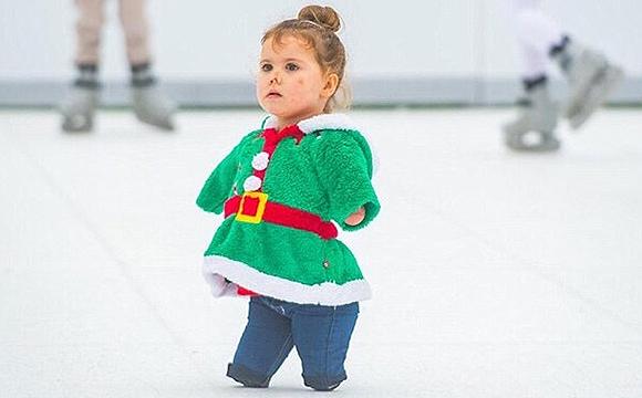 失去双臂和双腿的坚强女孩在冰上起舞