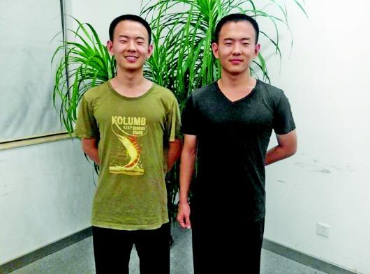 """双胞胎""""鲲鹏兄弟""""徐泽鲲(右)、徐泽鹏一路同校,双双被中国科学院大学录取。 齐鲁晚报记者 李楠楠 摄"""