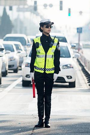 包头街头英姿飒爽的女交警