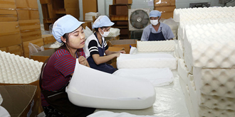 泰国最大乳胶厂的女工