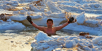赤身裸体跳进冰冻大海