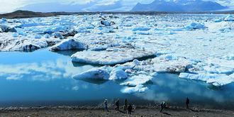 近距离接触漂浮的冰山