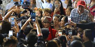 杨丽萍被数百粉丝围观拍照