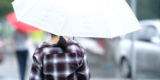 京城雨寒,满街外套长裤