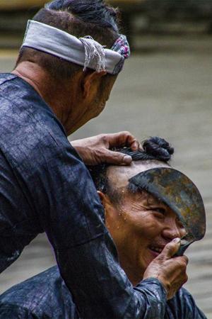 探秘岜沙苗寨的原始生活