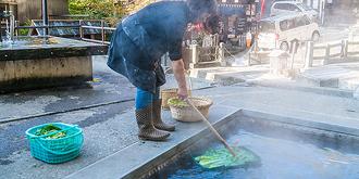 日本人在温泉池里涮菜