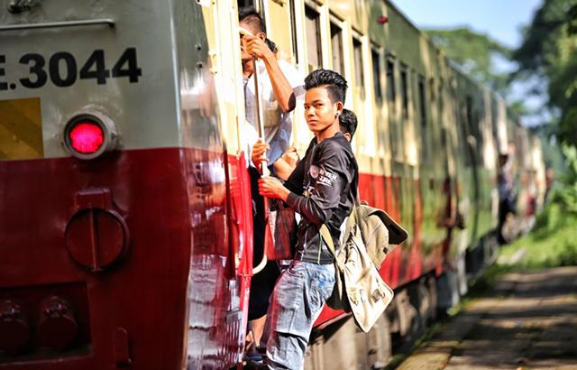 缅甸人的通勤方式,竟然是坐火车