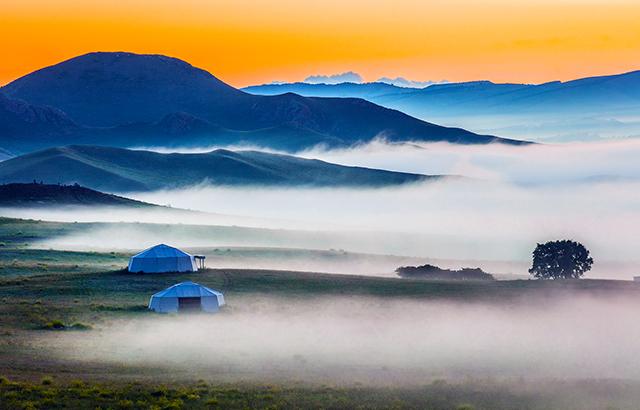 美如仙境的乌兰布统草原晨雾