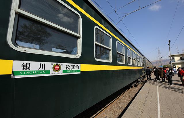 """乘坐中国""""最高龄""""的绿皮火车"""