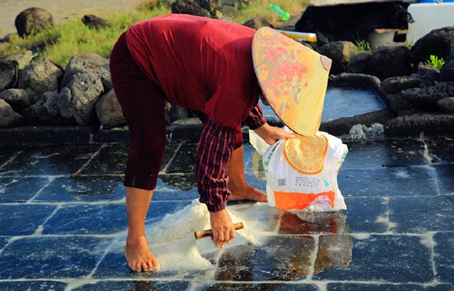 实拍:千年盐丁村晒海制盐全过程