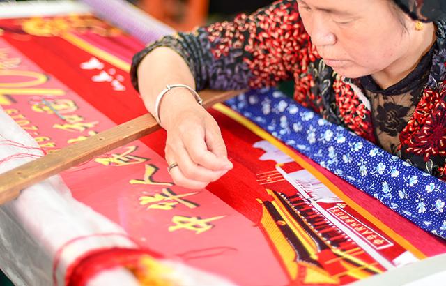 撒拉族人用刺绣表达对祖国的爱