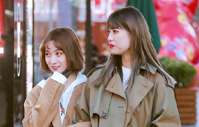 街拍:逛街的时尚姐妹花,一个比一个养眼