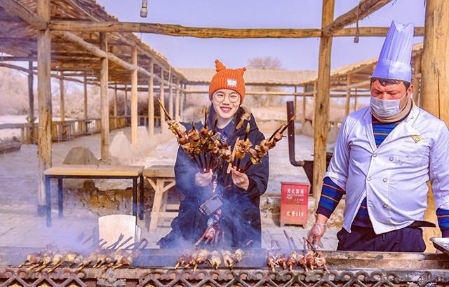 新疆红柳烤肉一串30元!游客嫌贵又馋嘴