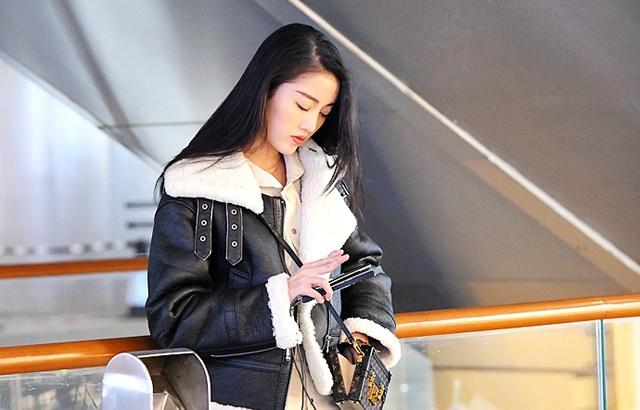 街拍:帅气的夹克装美女,刚柔并济
