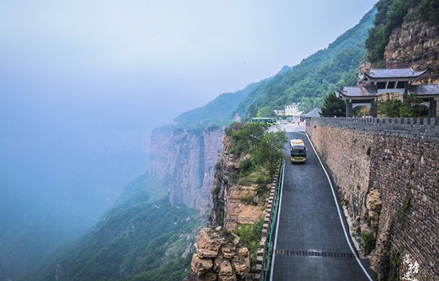 河南有一条挂壁公路,充满了惊险