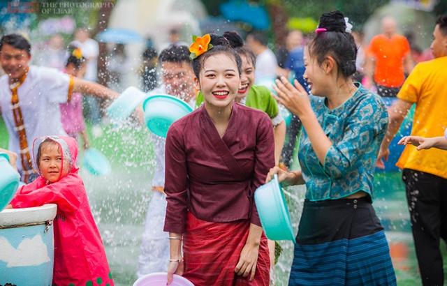 浙江人的泼水节开始了,傣族姑娘也来助阵