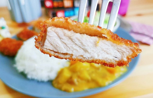 Here's a curry pork chop. How many bowls of rice do you want