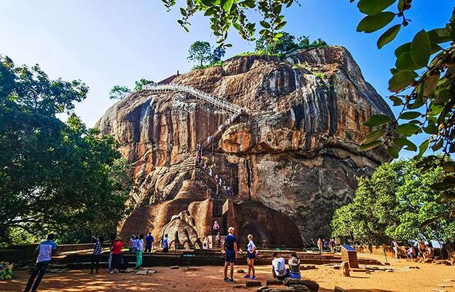 斯里兰卡狮子岩奇观:建在巨石上的宫殿