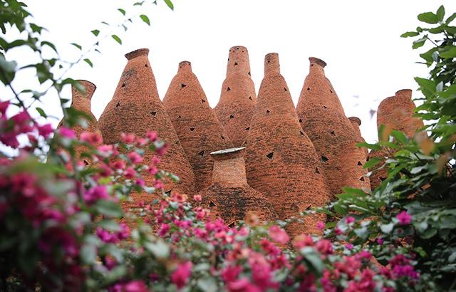 云南彌勒奇特建筑:形似酒瓶的魔幻城堡